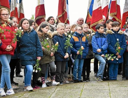 une-rose-a-la-main-les-cm2-de-l-ecole-saint-joseph-a_4474329.jpg