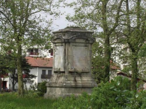 monument-sur-l-ile-aux-faisans-qui-commemore-la-signature-du-traite-des-pyrenees.jpg
